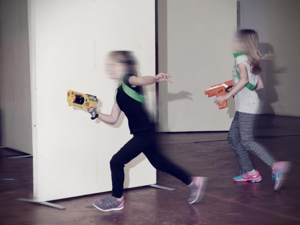 Auch Mädchen können mit Nerfblaster umgehen, sogar besser als manche Jungs ;-)