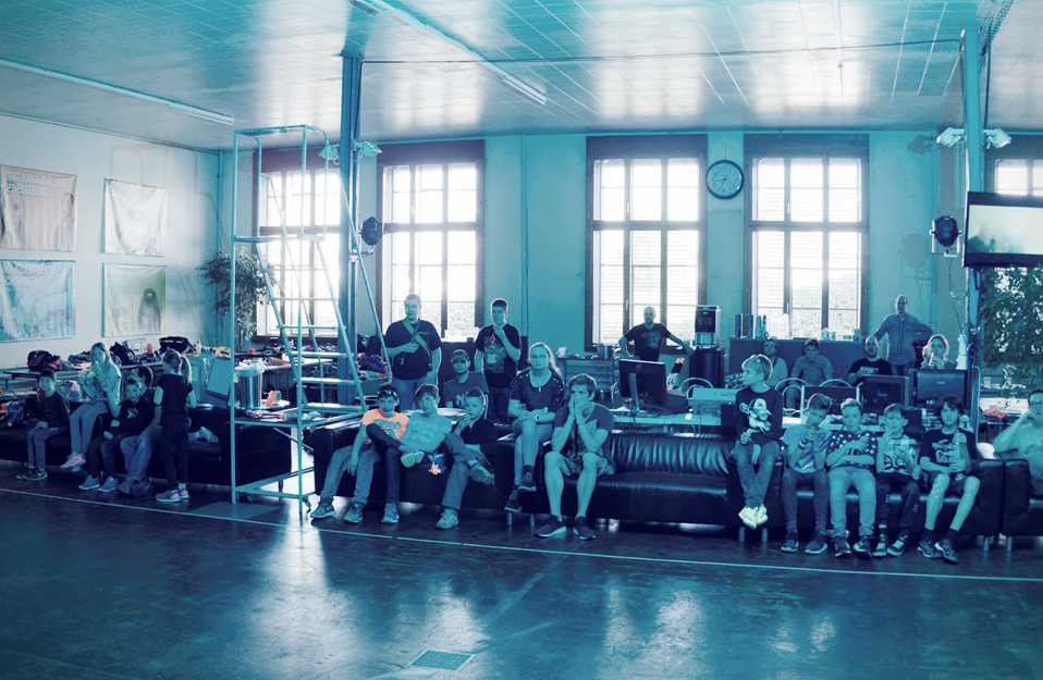 Gespannt schauen die Nerfer den Nerfzombiefilm von Meister Fux